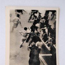 Postales: PAMPLONA. SAN FERMÍN. ENCIERRO DE LOS TOROS. FOTO GALLE. POSTAL FOTOGRÁFICA. S/C. Lote 279450258