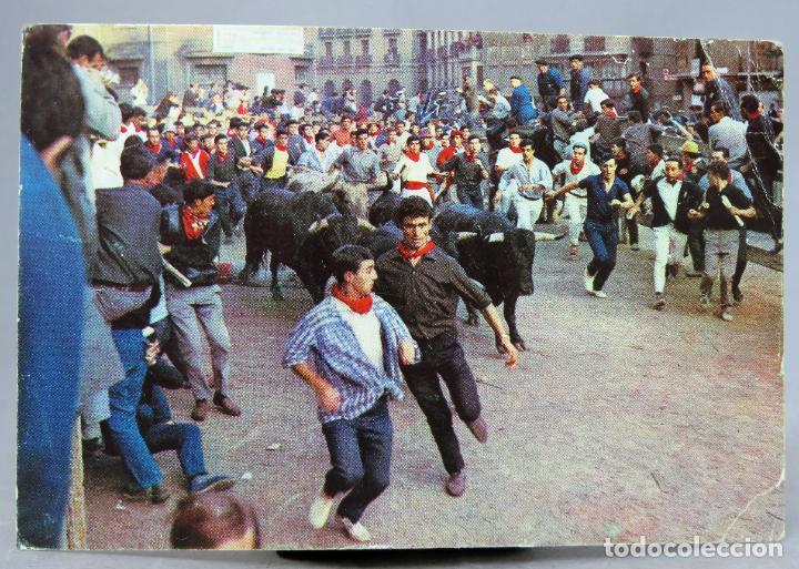 POSTAL PAMPLONA FIESTAS SAN FERMÍN EL ENCIRERRO TOROS CIRCULADA SELLO 1973 (Postales - España - Navarra Moderna (desde 1.940))