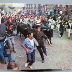 Postales: POSTAL PAMPLONA FIESTAS SAN FERMÍN EL ENCIRERRO TOROS CIRCULADA SELLO 1973. Lote 288665993