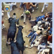 Postales: POSTAL PAMPLONA FIESTAS SAN FERMÍN EL ENCIRERRO TOROS DOMÍNGUEZ FISA ESCUDO ORO CIRCULADA SELLO 1973. Lote 288666173