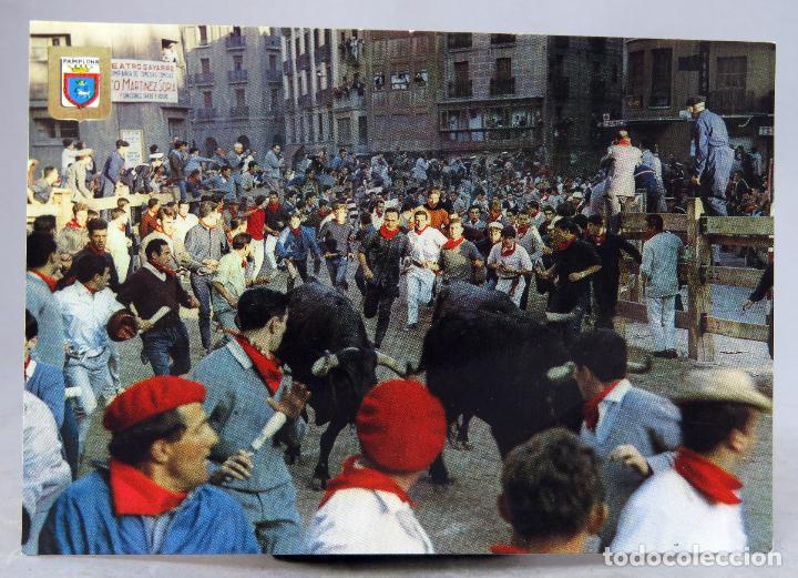 POSTAL PAMPLONA FIESTAS SAN FERMÍN ENCIERRO TOROS DOMÍNGUEZ FISA ESCUDO ORO AÑOS 60 CIRCULADA SELLO (Postales - España - Navarra Moderna (desde 1.940))