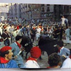 Postales: POSTAL PAMPLONA FIESTAS SAN FERMÍN ENCIERRO TOROS DOMÍNGUEZ FISA ESCUDO ORO AÑOS 60 CIRCULADA SELLO. Lote 288667148