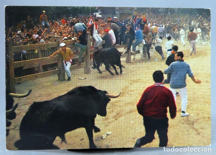 POSTAL PAMPLONA FIESTAS SAN FERMÍN ENCIERRO TOROS TORO DESMANDADO GARCÍA GARRABELLA AÑOS 60 SIN CIRC (Postales - España - Navarra Moderna (desde 1.940))