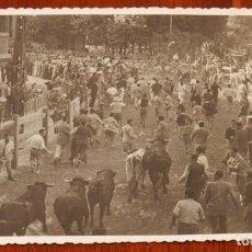 Postais: FOTO POSTAL DE PAMPLONA, ENCIERROS DE SAN FERMIN, ESCRITA EN 1956, NO CIRCULADA.. Lote 288877693