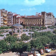 Postales: PAMPLONA. 6 PLAZA DEL CASTILLO Y AVDA. DE CARLOS III. ESCUDO DE ORO. USADA CON SELLO. COLOR. Lote 294991053