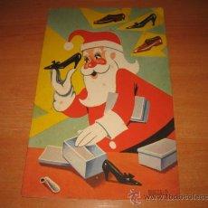 Postales: TARJETA DE FELICITACION NAVIDEÑA 1964 PAPA NOEL EMPAQUETANDO ZAPATOS. Lote 24480838