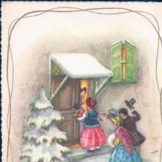 Postales: POSTAL NAVIDAD . FAMILIA ENTRADNDO EN CASA - NIEVE - ARBOL DE NAVIDAD - AÑO NUEVO. Lote 180169540