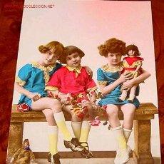 Postales: ANTIGUA POSTAL DE NIÑAS CON MUÑECAS DE PORCELANA ORIGINAL DE PRINCIPIOS DE SIGLO. Lote 922088