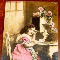 Postales: ANTIGUA POSTAL DE NIÑA CON MUÑECA DE PORCELANA ORIGINAL DE PRINCIPIOS DE SIGLO. Lote 936584