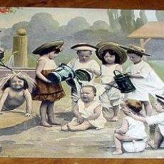 Postales: ANTIGUA POSTAL DE NIÑOS JUGANDO CON AGUA. Lote 495140