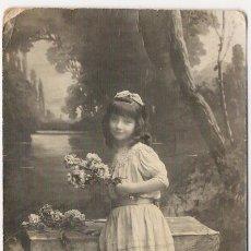 Postales: ANTIGUA POSTAL. ESCENA DE UNA NIÑA CON FLORES. SUZY. 320. ESCRITA. 1910-1920.. Lote 16488920