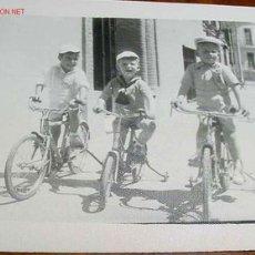 Postales: ANTIGUA FOTO DE NIÑOS JUGANDO - AÑOS 40 - 50 - MIDE 6,5 X 8,5 CMS.. Lote 2183735