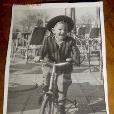 Postales: ANTIGUA FOTO DE NIÑO JUGANDO - AÑOS 40 - 50 - MIDE 6 X 8 CMS.. Lote 2183751