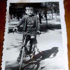 Postales: ANTIGUA FOTO DE NIÑO JUGANDO - AÑOS 40 - 50 - MIDE 6 X 8 CMS.. Lote 2183755
