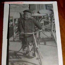 Postales: ANTIGUA FOTO DE NIÑO SUBIDO EN BICICLETA JUGANDO - AÑOS 40 - 50 - MIDE 7 X 4,5 CMS... Lote 2183781