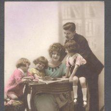 Postales: POSTAL FAMILIA ALREDEDOR MESA. Lote 13790131