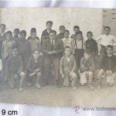 Postales: FOTO POSTAL 1943 MAESTRO Y NIÑOS EN LA ESCUELA. Lote 27504690