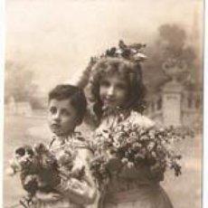 Postales: NIÑA Y NIÑO CON FLORES- ANTIGUA- ESCRITA-- VELL I BELL. Lote 25312368