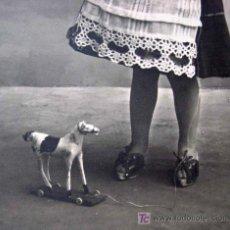 Postales: MAGNIFICA Y ANTIGUA FOTO POSTAL, NIÑA, JUGANDO, CABALLO, 1910S, CIRCULADA. Lote 17362198