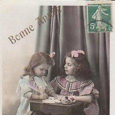 Postales: DOS NIÑAS ESCRIBIENDO UNA FELICITACIÓN ( ES UNA FELICITACIÓN DE NAVIDAD AÑOS 20),. Lote 22264591