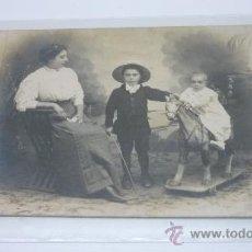 Postales: ANTIGUA POSTAL. JUGUETES. NIÑOS CON CABALLO DE CARTON. PPIOS SIGLO XX. SIN CIRCULAR. Lote 24585381