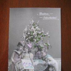 Postales: PRECIOSA POSTAL NIÑOS CON ARBOL NAVIDAD, COCHECITO Y LIBRO. ILUMINADA COLOREADA. HACIA 1910. Lote 27686909