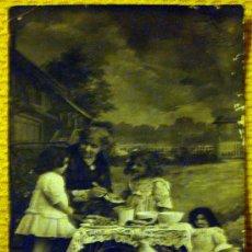 Postales: FOTO POSTAL ANTIGUA, LA ABUELA, LAS NIÑAS, LA MUÑECA LOS POLLITOS, EL DESAYUNO. TRIANON 605 AÑO 1916. Lote 27835202