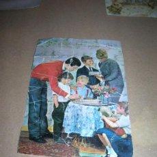 Postales: ANTIGUA TARJETA POSTAL CON ESCENA FAMILIAR. AÑOS 60. MIDE 9 X 13,5, CON SEÑALES, ESCRITA, SIN SELLO . Lote 29026948