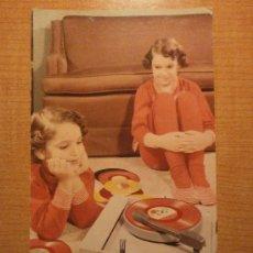 Postales: ANTIGUA POSTAL. NIÑOS ESCUCHANDO MUSICA ESCRITA. Lote 29319403