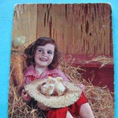 Cartes Postales: POSTAL DE NIÑOS. AÑO 1962. NIÑA EN PAJAR CON SOMBRERO POLLITOS. 661. . Lote 31043826