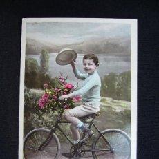 Postales: POSTAL ROMÁNTICA. NIÑO EN BICICLETA CON FLORES. SAZERAC. IRIS.. Lote 32557211