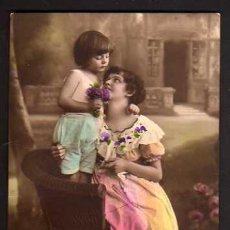 Cartes Postales: POSTAL FOTOGRÁFICA COLOREADA NIÑA CON SU MADRE. CIRCULADA 1915.. Lote 35943289