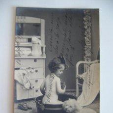 Postales: POSTAL NIÑA EN LA HORA DEL ASEO. CIRCULADA 1911. . Lote 40648140