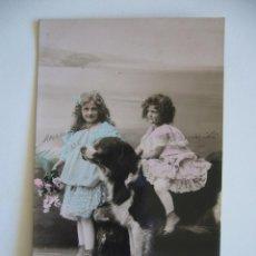 Postales: POSTAL ROMÁNTICA. NIÑAS CON PERRO. CIRCULADA 1909.. Lote 42224787