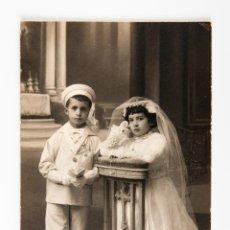Postales: POSTAL DE NIÑOS EN PRIMERA COMUNION, FOTOGRAFIA EN BLANCO Y NEGRO, FOTOGRAFIA ESCUDE. Lote 42552648