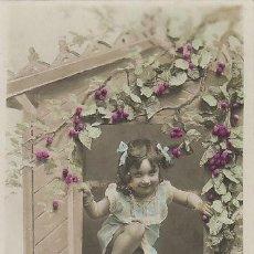 Postales: UN NIÑA NIÑA SE ESCAPA POR LA VENTANA, CIRCULADA EN 1906. Lote 43078414