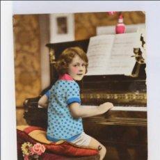 Postales: ANTIGUA POSTAL ROMÁNTICA - NIÑA TOCANDO EL PIANO - COLOREADA - ESCRITA AL DORSO. NO CIRCULADA. Lote 43093607