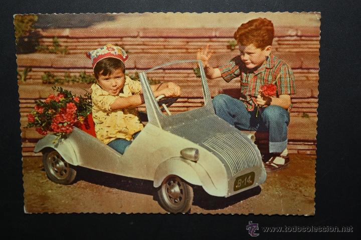 ANTIGUA FOTO POSTAL DE MEDIADOS DE SIGLOXX. NIÑOS JUGANDO CON BISCUTER (Postales - Postales Temáticas - Niños)