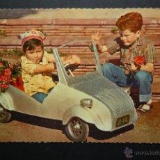 Postales: ANTIGUA FOTO POSTAL DE MEDIADOS DE SIGLOXX. NIÑOS JUGANDO CON BISCUTER. Lote 45508895