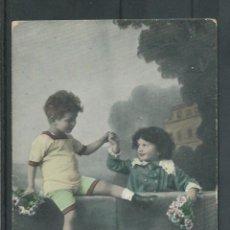 Postales: POSTAL DE PAREJA DE NIÑOS CON FLORES EN UNA VALLA ESCRITA AÑOS 1920-30. Lote 45716767