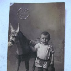 Postales: FOTO POSTAL DE NIÑO CON CABALLO DE JUGUETE, FOTOGRAFO SAUL , ALCIRA (AÑOS 20 APROX). Lote 47395133