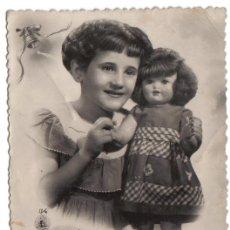 Postales: FELICITACION-TARJETA POSTAL, FELICIDADES DE NIÑA CON SU MUÑECA, ESCRITA SIN CIRCULAR EN 1955. Lote 48192666