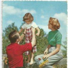 Postales: POSTAL NIÑA JUGANDO CON LOS PAPAS - 1963. Lote 48270126