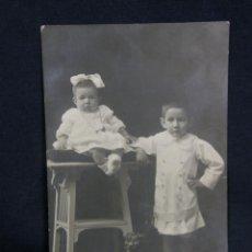 Postales: NIÑOS HERMANOS NIÑA NIÑO SENTADOS BUTACA Y PEANA J. PEINADO FOTÓGRAFO GIJÓN 1912 DIVIDIDA AVILA. Lote 48916025