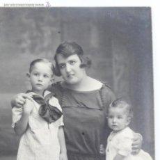 Postales: P-1874. FOTOGRAFIA DE ESTUDIO MADRE CON SUS HIJOS.. AÑOS VEINTE. FOTOGRAFO NIEPCER. BARCELONA.. Lote 50120399