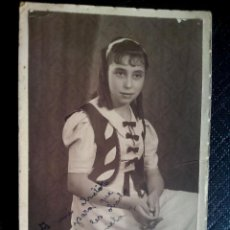 Postales: TARJETA POSTAL FOTOGRÁFICA DEDICADA RETRATO DE CHICA ESTUDIO SERRANO SEVILLA 1939. Lote 50496820