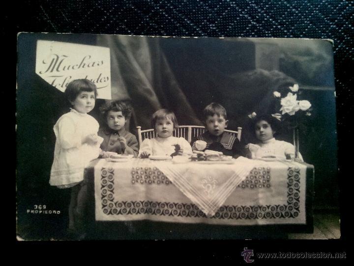 TARJETA POSTAL DE ESTUDIO (ESCRITA) DE UNOS NIÑOS SENTADOS A LA MESA, BARCELONA 1920 (Postales - Postales Temáticas - Niños)