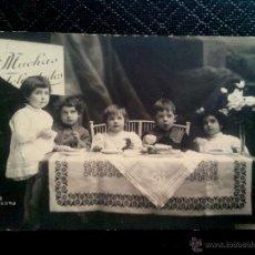 Postales: TARJETA POSTAL DE ESTUDIO (ESCRITA) DE UNOS NIÑOS SENTADOS A LA MESA, BARCELONA 1920. Lote 50497188