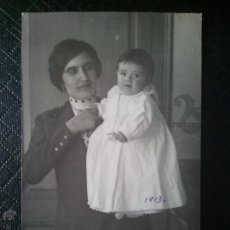 Postales: TARJETA POSTAL ANTIGUA, FOTOGRAFÍA DE MUJER CON BEBÉ 1913. Lote 50543613