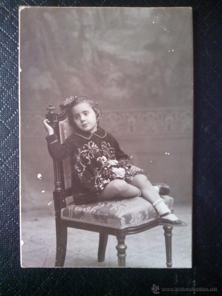 TARJETA POSTAL FOTOGRÁFICA RETRATO DE NIÑA SENTADA EN UNA SILLA ESTUDIO NIEPCER BARCELONA (Postales - Postales Temáticas - Niños)